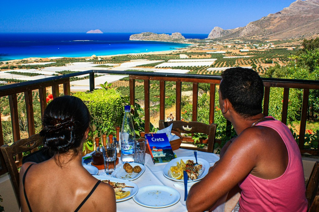 migliori spiagge di Creta coppia al ristorante panoramico