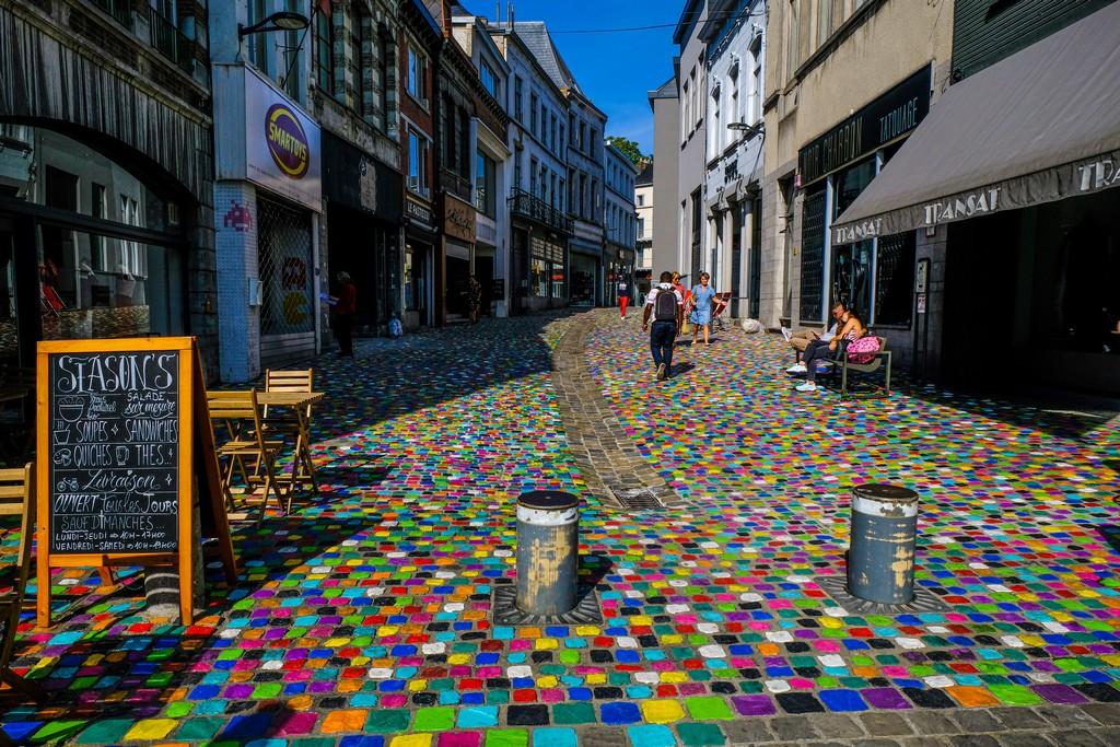 guida a Mons pave colorato