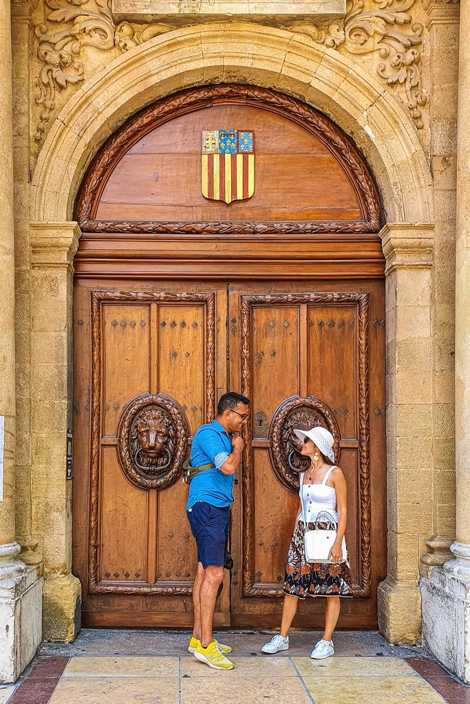 Una giornata a Aix-en-Provence coppia davanti alla porta