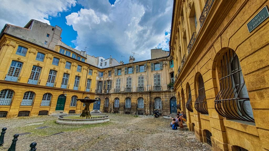 Una giornata a Aix-en-Provence piazza con fontana