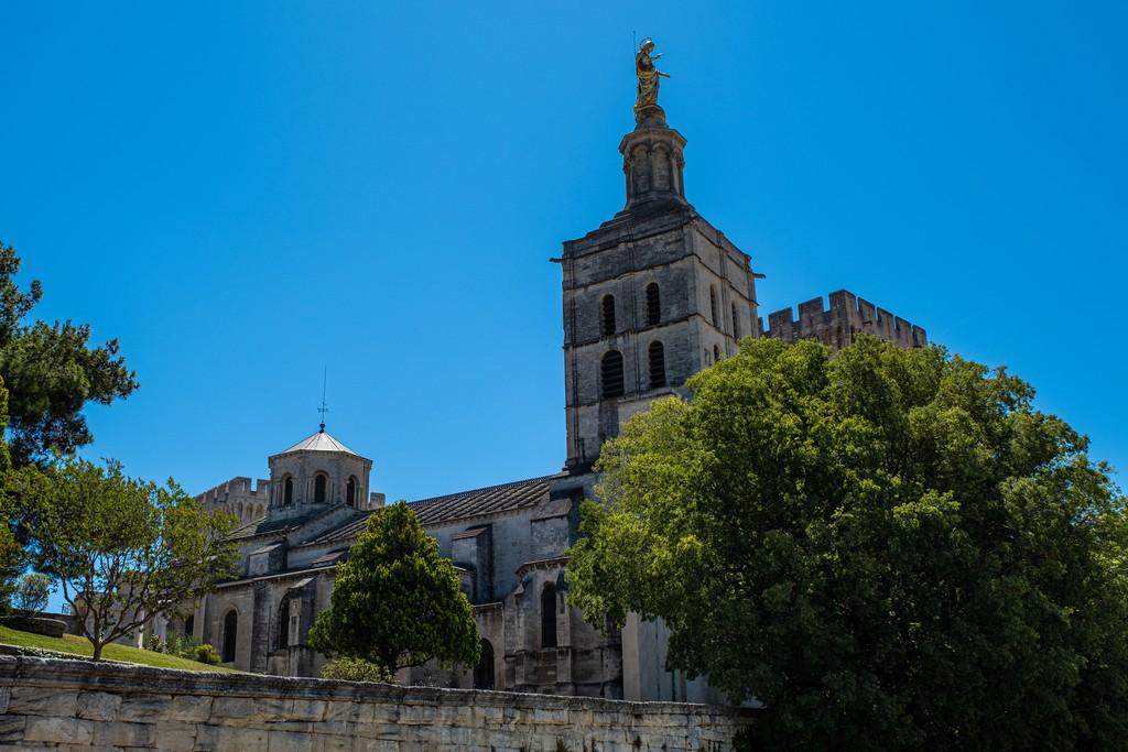 Una giornata ad Avignone cattedrale con campanile