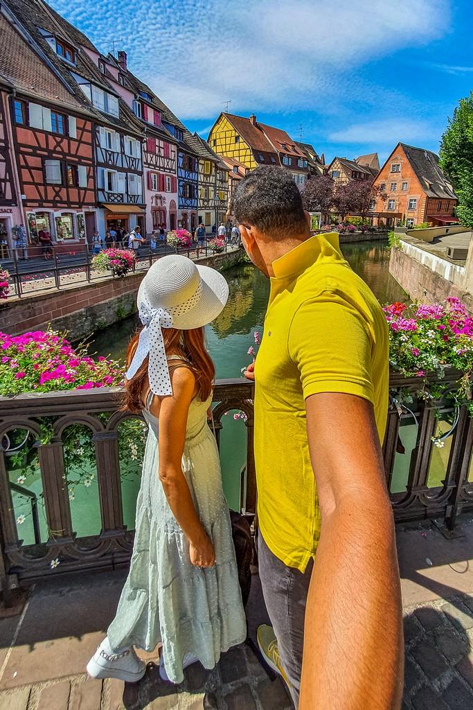 coppia guarda il fiume