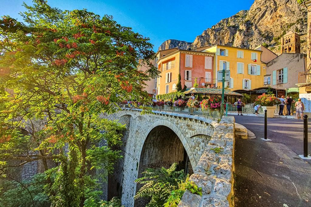 Cosa vedere a Moustiers-Sainte-Marie vista del paese sul ponte