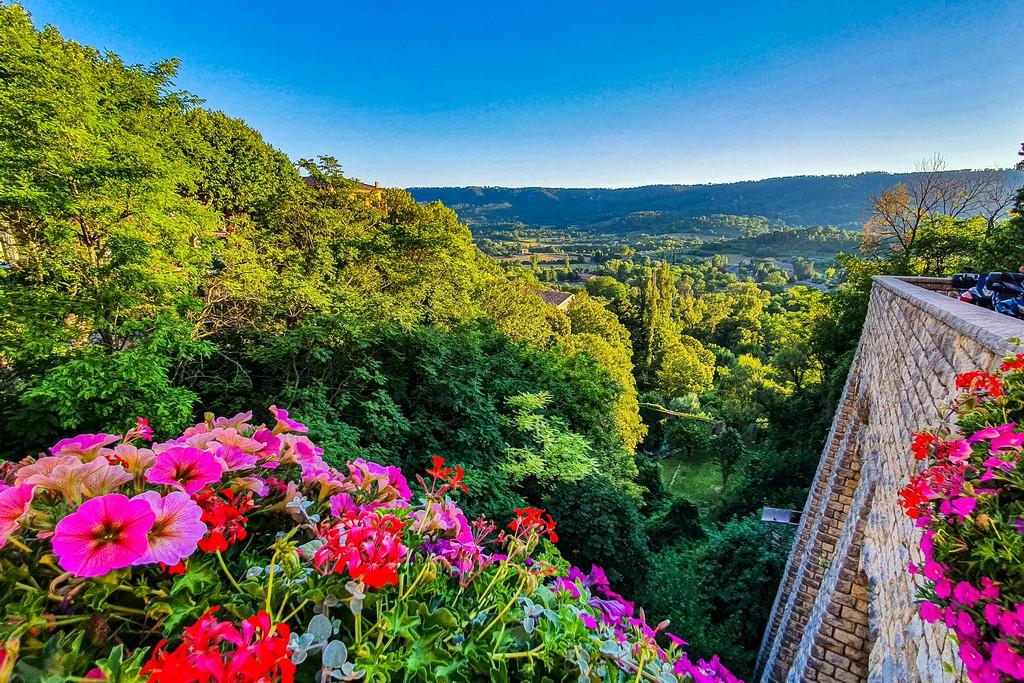 Cosa vedere a Moustiers-Sainte-Marie balcone fiorito sulla vallata