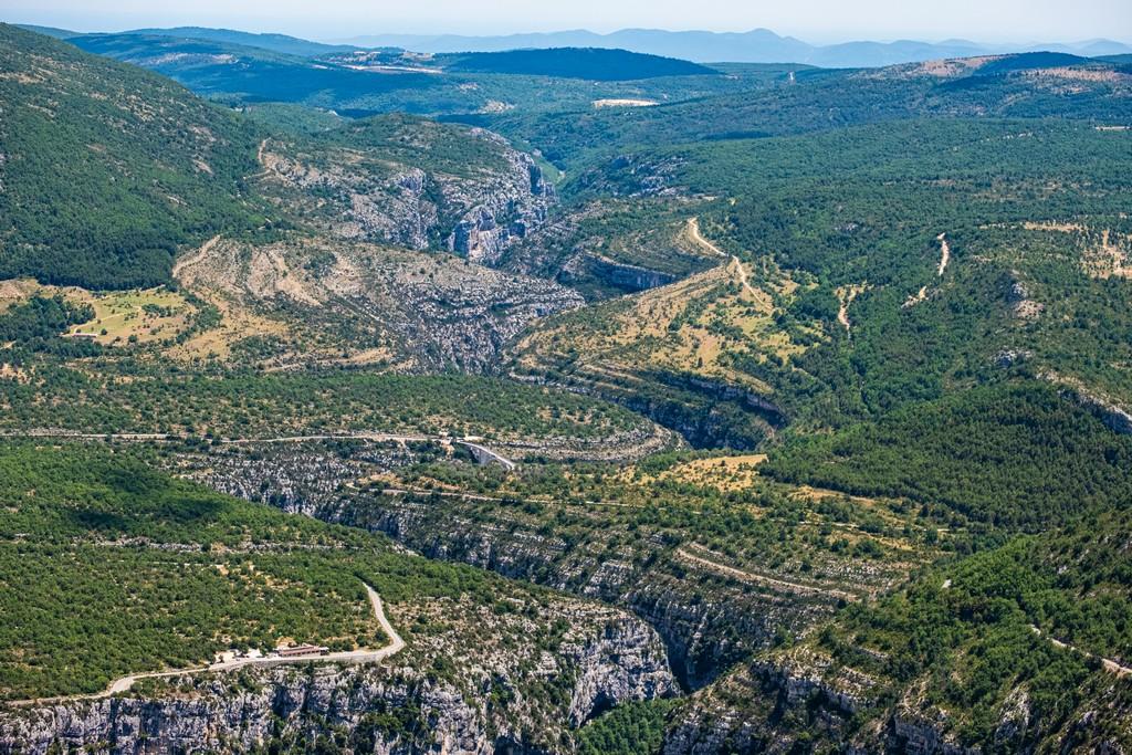 Visita alle Gole del Verdon canyon in lontananza
