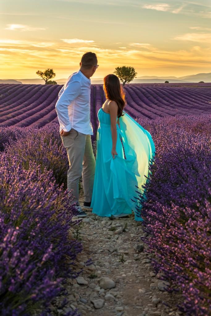 I campi di lavanda più instagrammabili coppia al tramonto