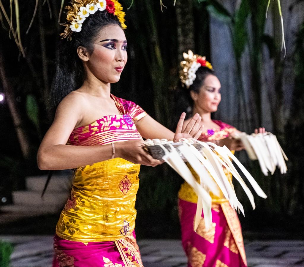 Guida alla danza balinese ballerine con cesto in mano in abiti balinesi