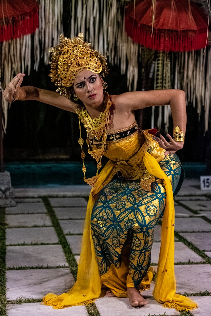 Guida alla danza balinese ballerina legong con espressione viso paura
