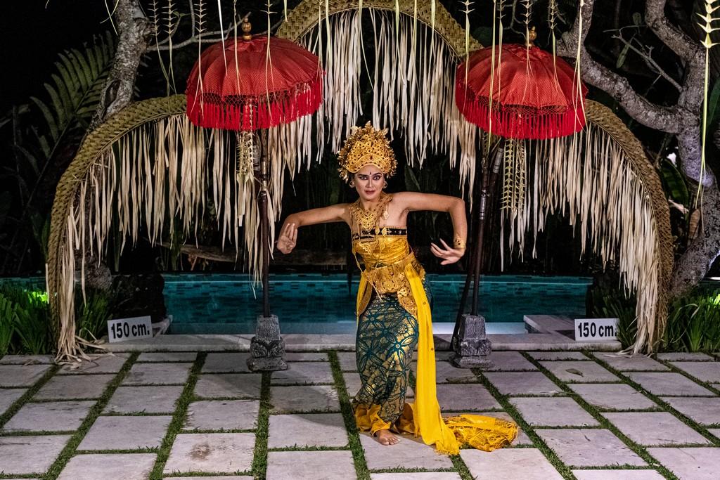 Guida alla danza balinese ballerina legong con sfondo ombrellini