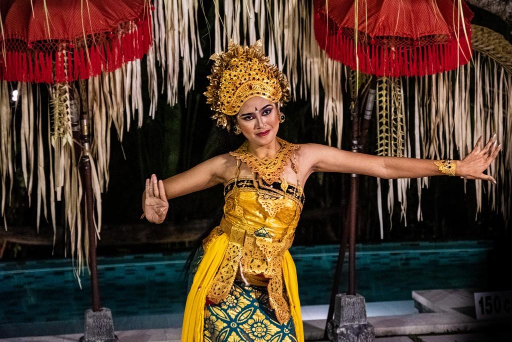 Guida alla danza balinese ballerina legong viso sorriso