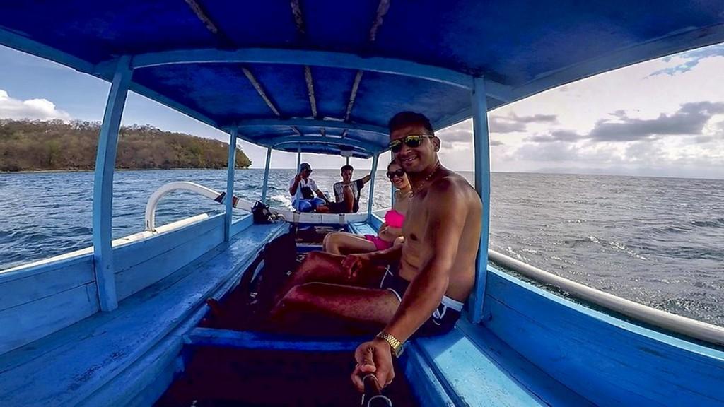 in barca azzurra