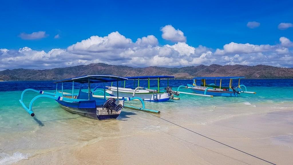 Come visitare le Secret Gili di Lombok barche ormeggiate in spiaggia