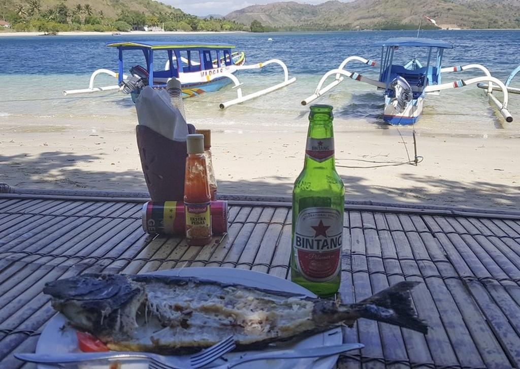 tavolino fronte mare con pesce