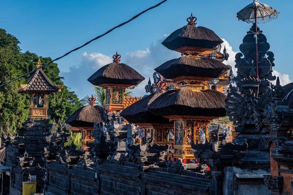 tempio con tetti neri
