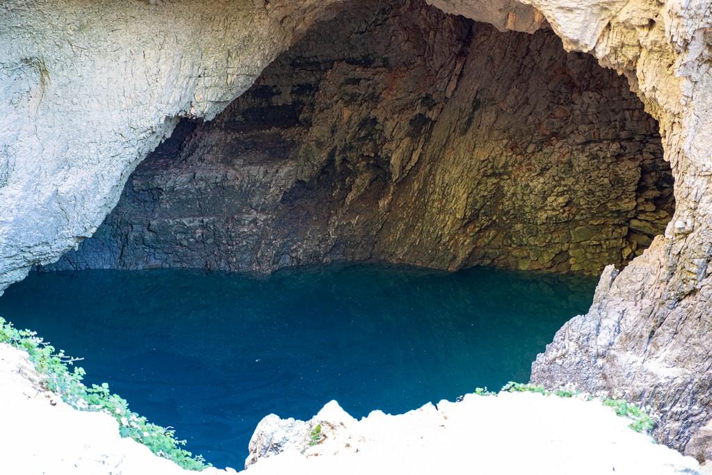 In visita a Fontaine de Vaucluse dolina con acqua