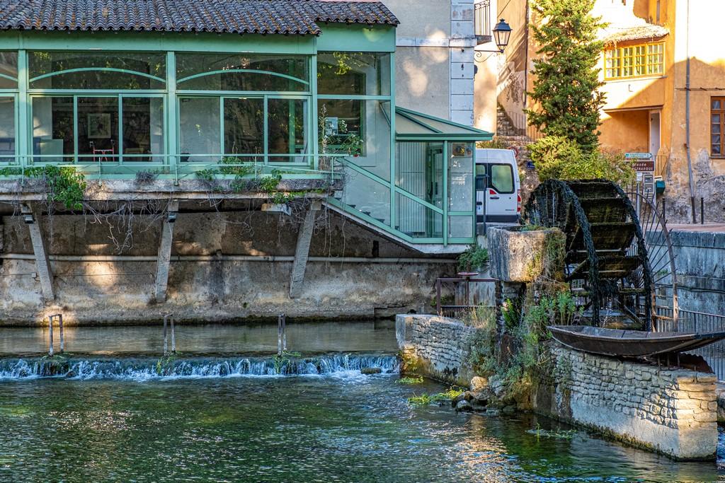 In visita a Fontaine de Vaucluse ruota sul fiume