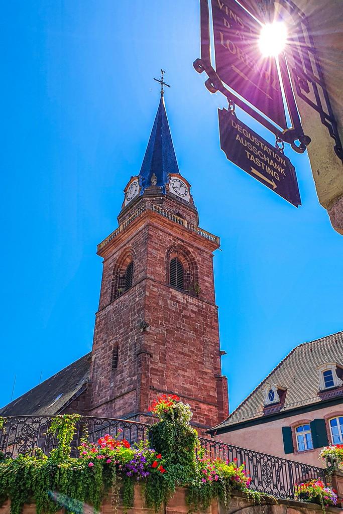 campanile della chiesa con riflesso
