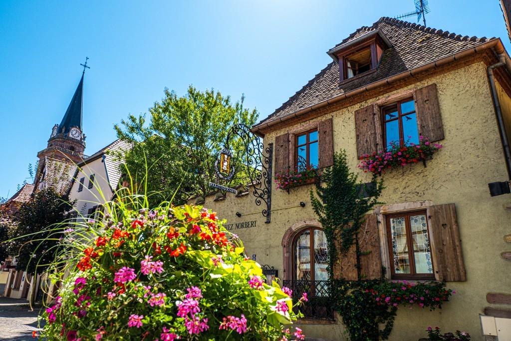 Guida alla Route des Vins sud case a graticcio con fiori