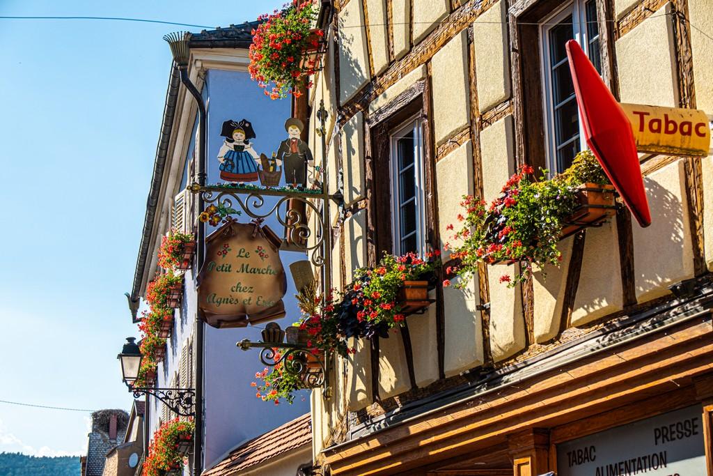 facciata caratteristica con fiori