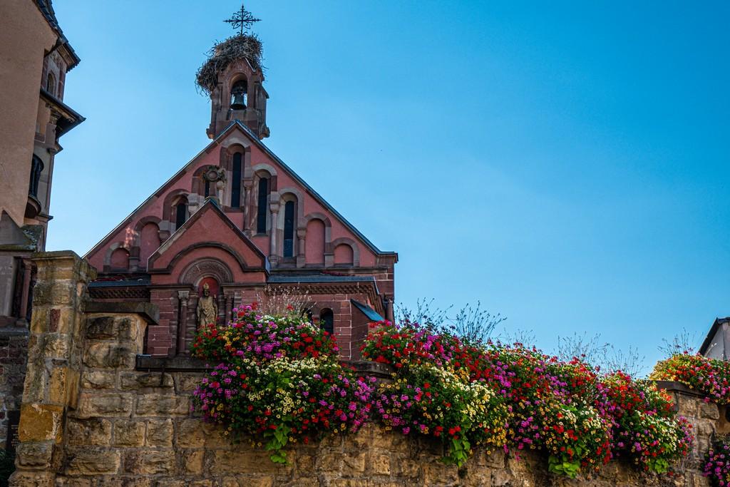 chiesa con davanzale fiorito