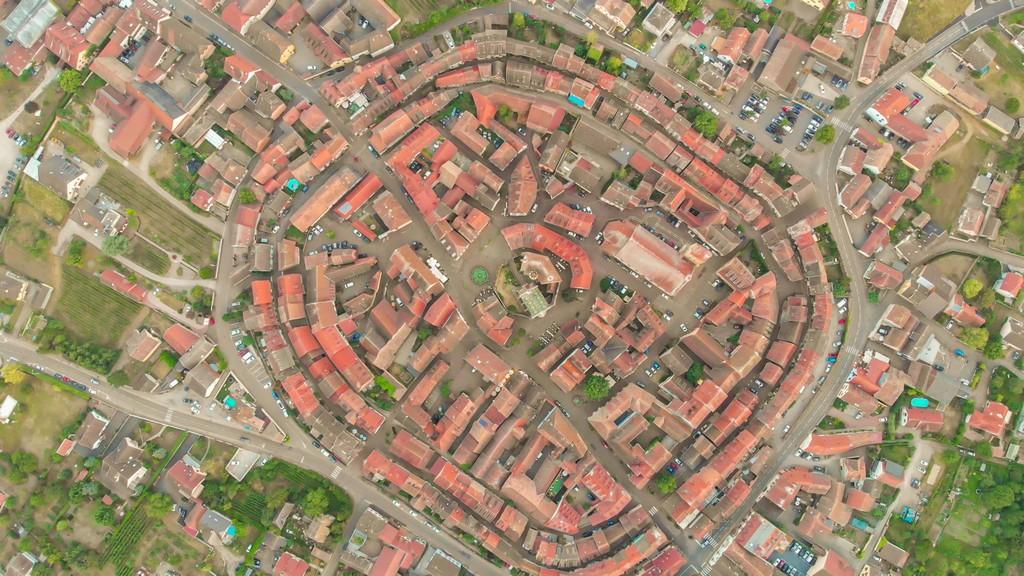 Guida alla Route des Vins sud veduta aerea di città medievale
