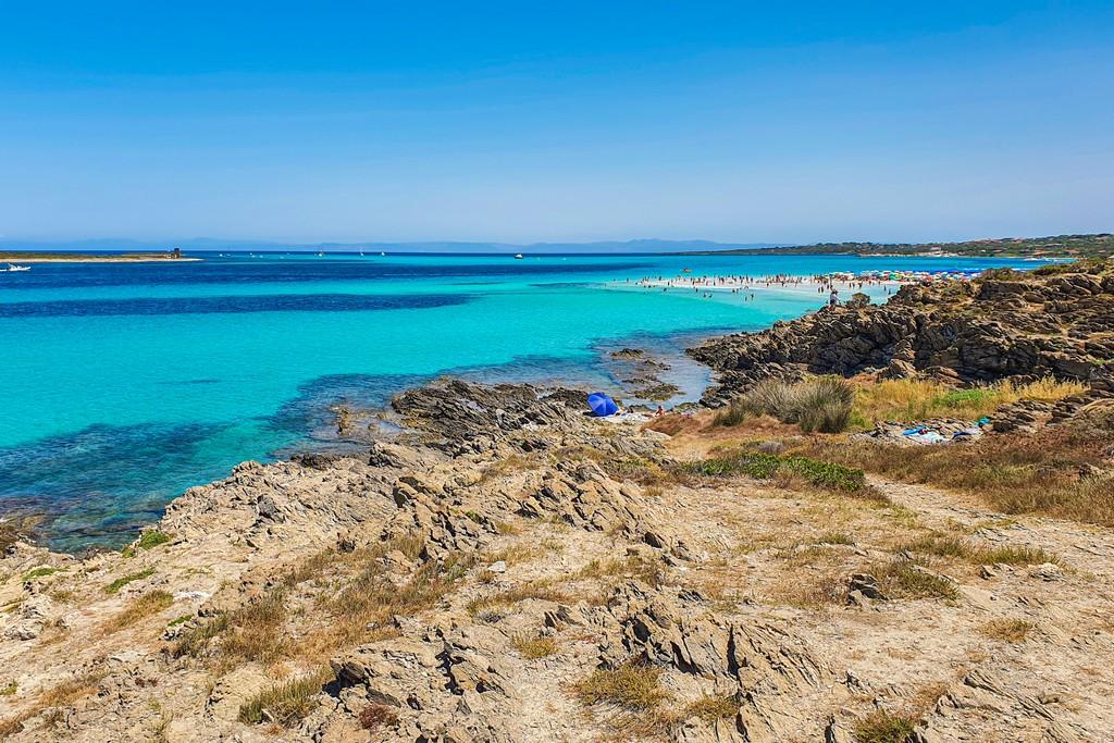 La Pelosa a Stintino vista della scogliera oltre la spiaggia